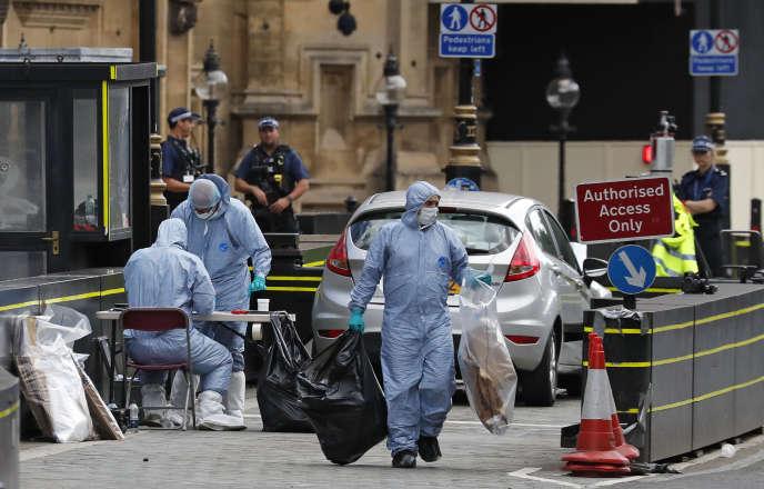 Les enquêteurs de la police scientifique sur les lieus de l'attaque, devant le Parlement de Westminster, à Londres, le 14 août.
