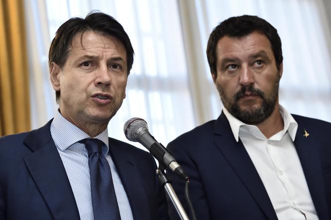 Giuseppe Conte, le premier ministre italien (à gauche) et Matteo Salvini, le ministre de l'intérieur, le 15 août, lors de la conférence de presse après l'effondrement du viaduc de Morandi, à Gênes.