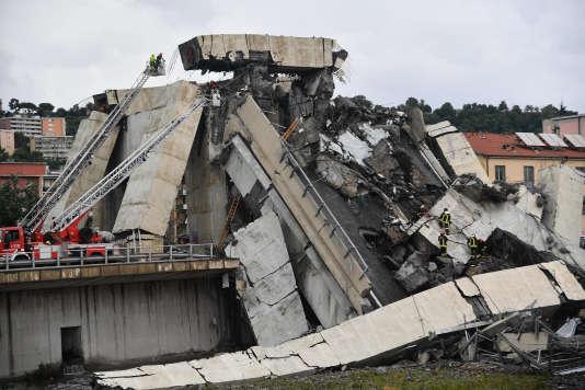 Les services de secours dans les décombresdu viaduc écroulé, à Gênes (Italie), le 14août.
