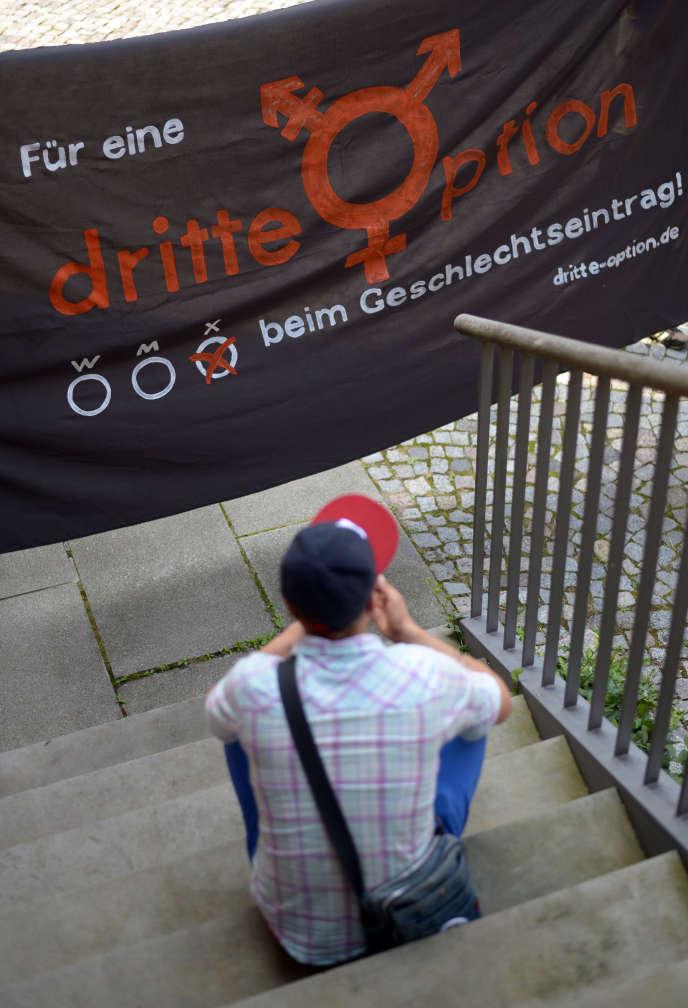 Le 28 juillet 2014 à Gehrden, près de Hanovre, dans le nord de l'Allemagne, une personne intersexuée se trouve à côté d'une bannière où l'on peut lire«Pour une troisième option».