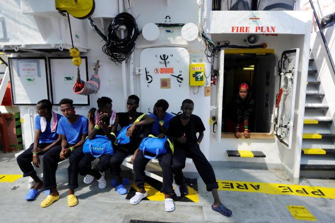 Migrants à bord de l'«Aquarius», entre les îles de Malte et Linosa, en mer Méditerrannée, le 14 août.