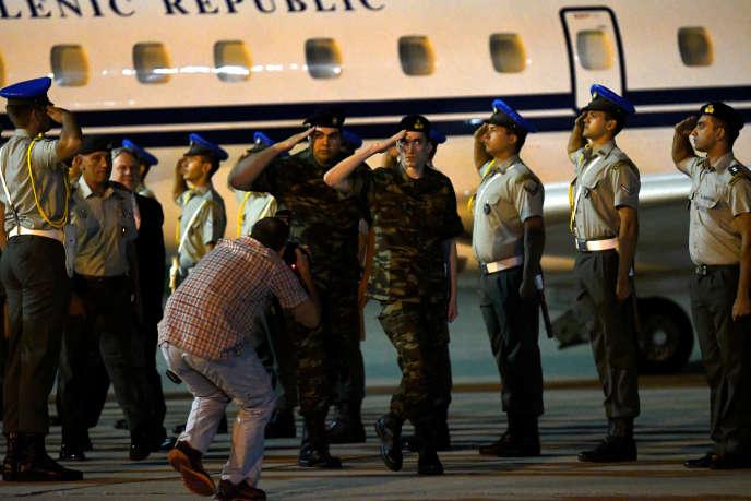 Les soldats grecs Aggelos Mitretodis et Dimitris Kouklatzis à leur arrivée àThessalonique, le 15 août 2018.
