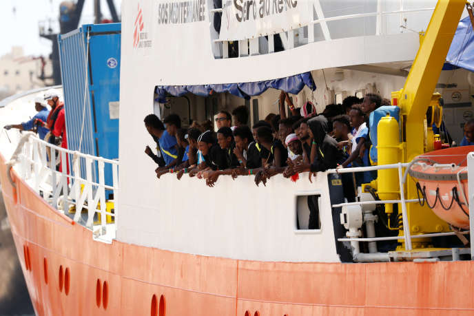 Les migrants sauvés par l'«Aquarius» à l'arrivée du navire à Malte, le 15août.