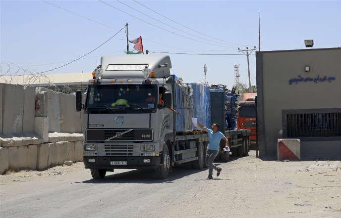 Le passage d'un camionau poste-frontière de Rafah, au sud de la bande de Gaza,le 15 août 2018.