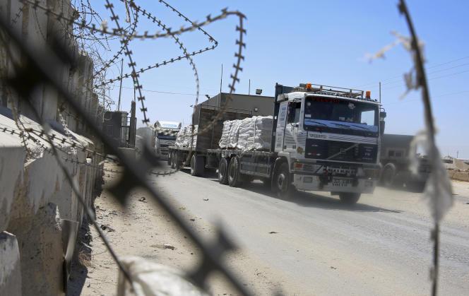 Des camions pleins de marchandises au point de passage de Kerem Shalom, entre Israël et Gaza, le 15 août.
