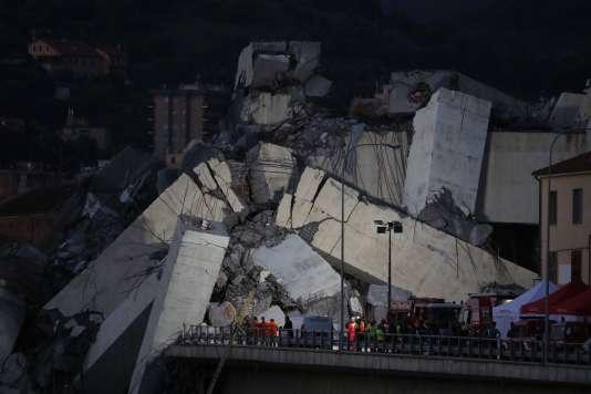 Les recherches parmi les décombres du viaduc se sont poursuivies toute la nuit du 14 août à Gênes.