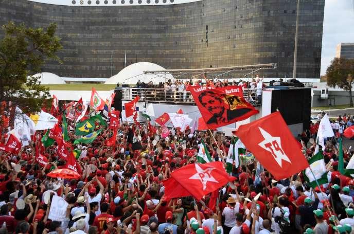 Des partisans de l'ancien président brésilien Lula, candidat à un nouveau mandat à la tête du pays, devant le Tribunal suprême électoral, le 15 août.