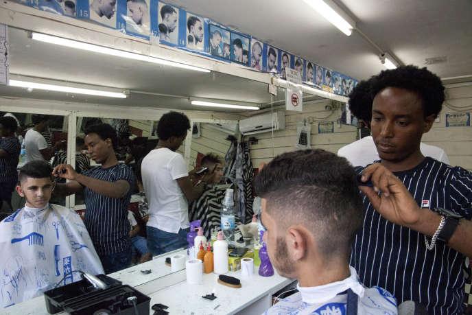 Des migrants érythréens dans un salon de coiffure de Tel-Aviv, en Israël.