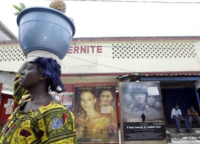 Devant un cinéma à Abidjan, en Côte d'Ivoire, en 2004.