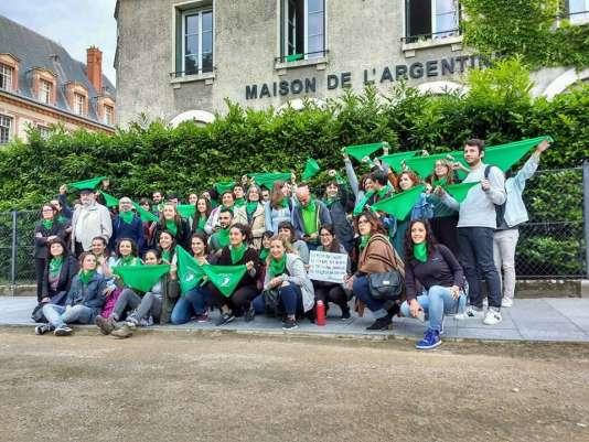 Le jour de la manifestation en faveur de la légalisation de l'IVG en Argentine, le 13 juin, devant les grilles de la Cité universitaire.