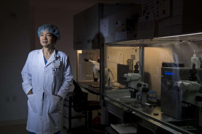 Le docteur John Zhang dans sa clinique, à New York, en décembre 2017.