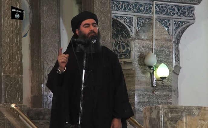 Le chef de l'organisation Etat islamique, Abou Bakr Al-Baghdadi, s'adressant aux fidèles musulmans dans la mosquée Al-Nouri, à Mossoul, en Irak.Image extraite d'une vidéo de propagande diffusée le 5 juillet 2014 par Al-Furqan Media.
