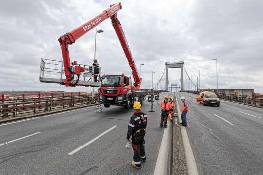 Des agents de la Direction interdépartementale des routes Atlantique (DIRA) effectuent un contrôle visuel de la structure d'un pont datant de 1967, à Bordeaux, en mai.