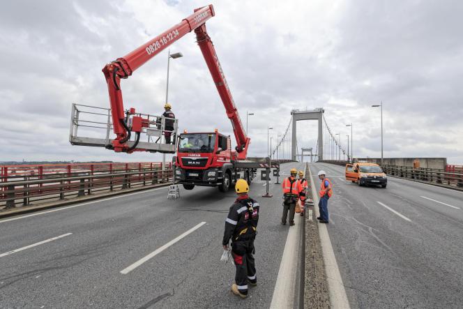 Des agents effectuent,le 27 mai, un contrôle visuel de la structure du pont d'Aquitaine, mis en service en 1967, à Bordeaux (Gironde).