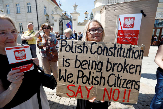 Rassemblement devant le palais présidendiel de Varsovie pour protester contre la réforme touchant la Cour suprême polonaise, le 24 juillet 2017.