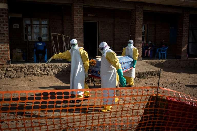 Le corps d'une personne décédée, un cas non-confirmé d'Ebola, est évacué du centre de lutte contre Ebola, à Béni, le 13 août.
