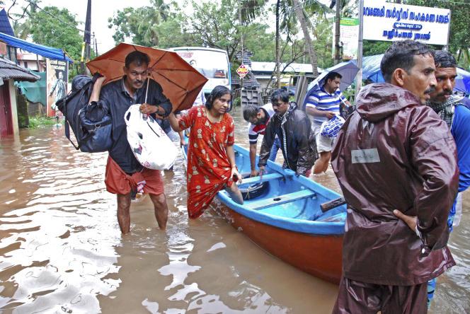 Des victimes des inondations au Kerala (Inde) sont évacuées, le 16août.