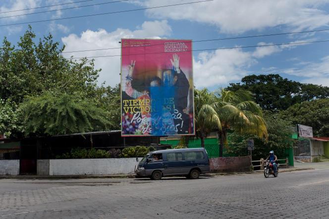 Un portrait du président Daniel Ortega et de son épouse et vice-présidente Rosario Murillo a été maculé de peinture bleue, la couleur de l'opposition, à Managua, le 1er août.