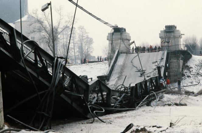 Des badauds se sont arrêtés le 16 janvier 1985 aux abords du pont de Sully-sur-Loire qui s'est effondré alors que passait un poids lourd et deux voitures. Le gel aurait causé la rupture de ses cables.