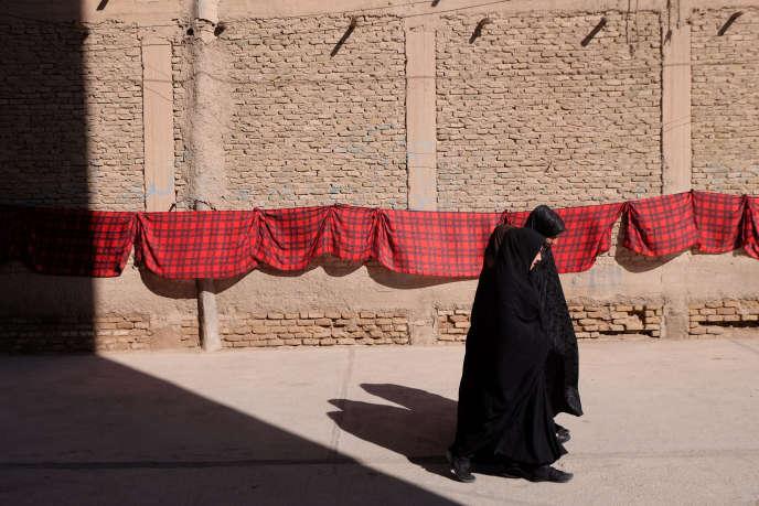 Sous l'influence de l'Iran, le tchador noir remplace de plus en plus la traditionnelle burqa bleue, comme ici, à Herat en mars.