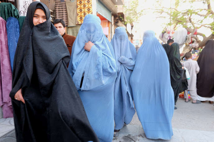 A Herat, dans l'ouest de l'Afghanistan, l'influence iranienne se fait sentir jusque dans la mode : de plus en plus de femmes adoptent le tchador noir iranien au lieu de la burqa bleue (mars 2018).