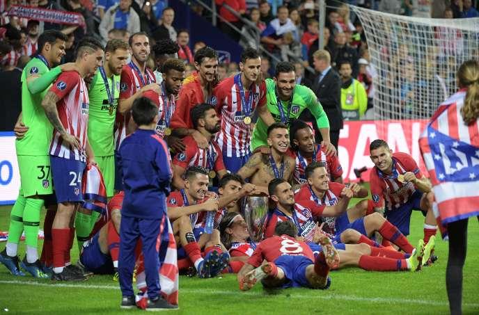 Les joueurs de l'Atlético Madrid célèbrent leur victoire en Supercoupe d'Europe, le 15août à Tallinn.