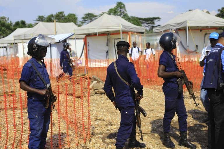 Des officiers de police protègent un centre de lutte contre le virus Ebola à Béni, au dans la province du Nord-Kivu, le 10 août.