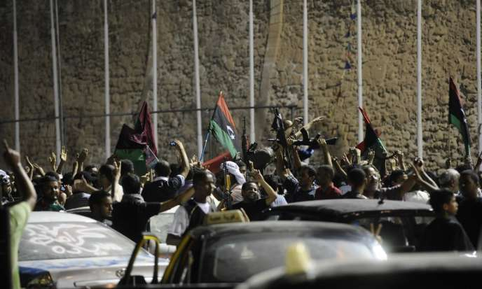 Des Libyens fêtent la« libération» de Tripoli par les rebelles anti-Kadhafi, en août 2011.