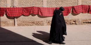 Dans les provinces de l'ouest de l'Afghanistan, sous l'influence de l'Iran, de plus en plus de femmes portent le tchador iranien noir au lieu de la traditionnelle burqa bleue, comme ici, à Herat (mars 2018).
