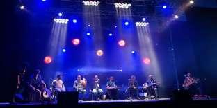 Les musiciens et chanteurs de Refugees for Refugees en concert.