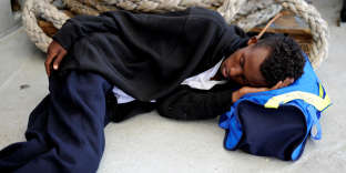Un « errant» dort sur le pont du navire «Aquarius» en Méditerranée, entre Malte et l'île de Linosa, le 14 août.