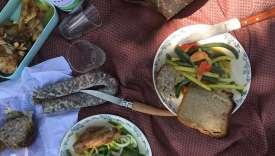 La saucisse sèche, le fricandeau, les haricots verts et le pain bis.