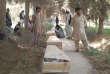 Des proches pleurent auprès des cercueils des policiers tués lors de l'attaque d'un poste militaire dans la province de Baghlan, le 15 août.