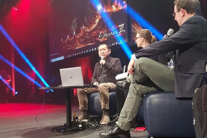 Yu Suzuki sur la scène du festival monégasque MAGIC en mars 2018. « Tout le scénario de l'univers de Shenmue est sur cet ordinateur».