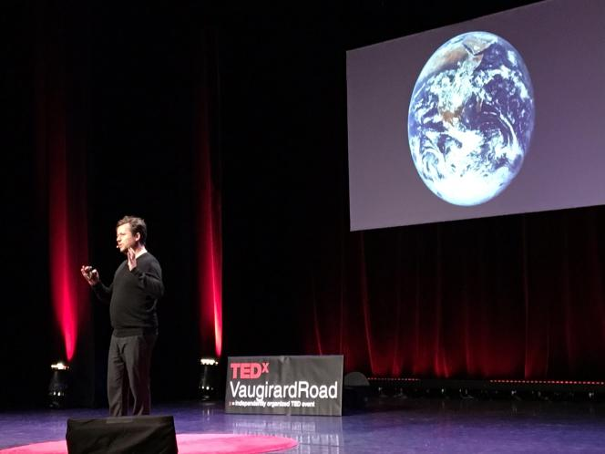 Jean-Pierre Goux présente son application Blueturn sur la scène du TEDx, en 2016.