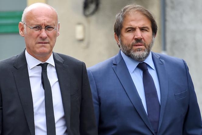 Bernard Laporte et Serge Simon, numéros un et deux de la Fédération française de rugby, aux obsèques de Pierre Camou, ancien président de la FFR, le 17août 2018.