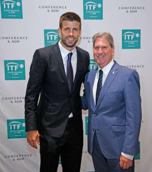 David Haggerty, président de la Fédération internationale de tennis (à dr.) etGérard Piqué, fondateur de la société d'investissement Kosmos, à Orlando (Floride), le 16 août.