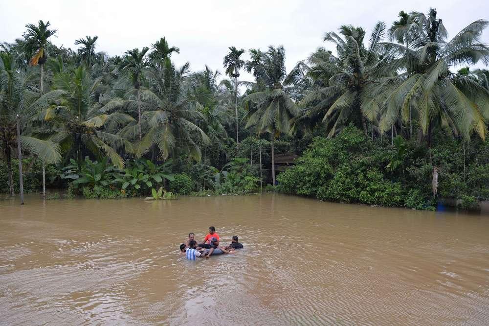 Dans le district de Kozhikode, le 17 août. Une trentaine d'hélicoptères de l'armée et 320 embarcations sont impliquées dans les opérations de secours à travers le Kerala; les pêcheurs locaux et leurs bateaux se sont aussi joints aux secours.