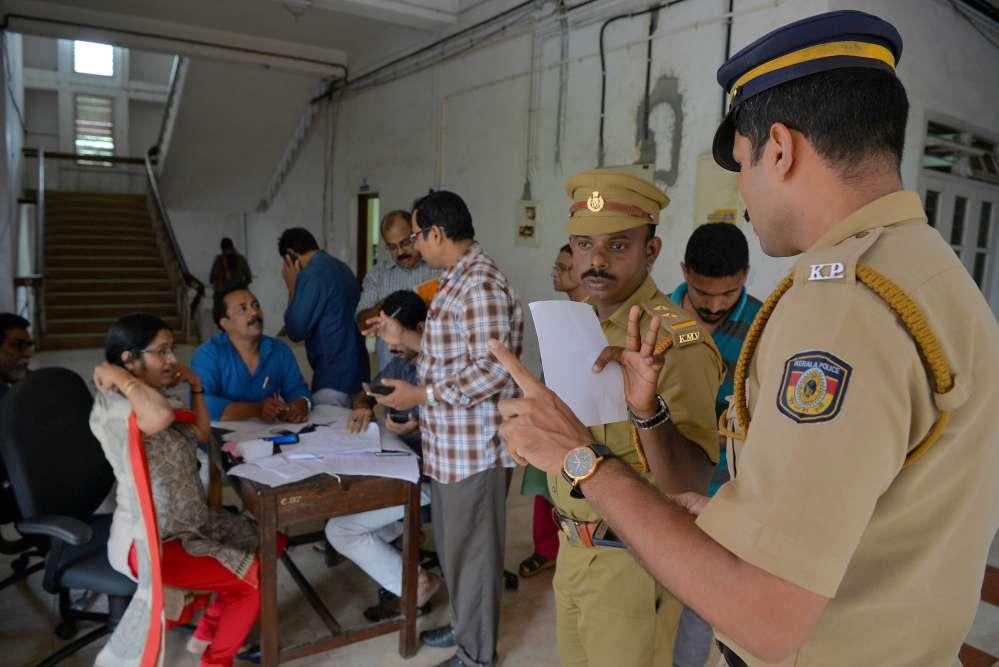 Les secours s'organisent à l'hôtel des impôtsdu district de Kozhikode, à environ 385km au nord de Trivandrum, la capitale du Kerala, le 17 août.