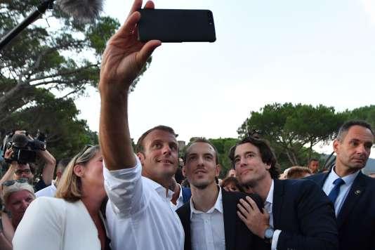 Le président de la République Emmanuel Macron (deuxième à gauche) lors des commémorations du 74e anniversaire de la libération de Bormes-les-Mimosas, le 17 août.