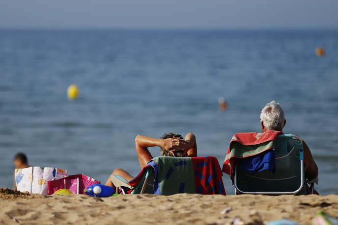 Sur la plage de Colleville-Montgomery (Calvados), le 6 juillet.