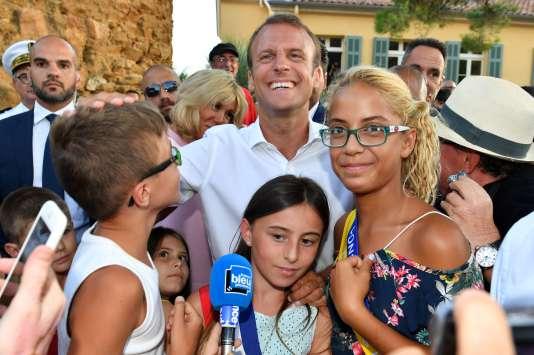 Le président de la République Emmanuel Macron (au centre) lors des commémorations du 74e anniversaire de la libération de Bormes-les-Mimosas, le 17 août.