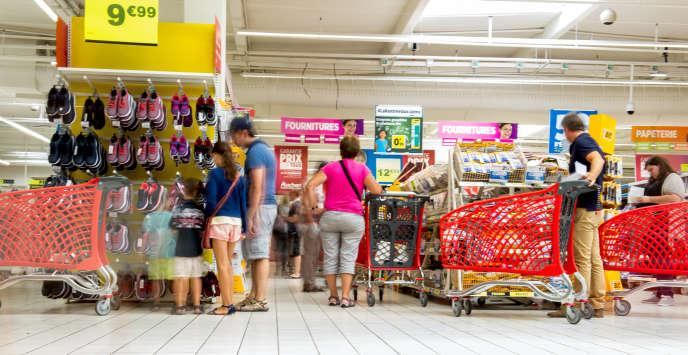 Achats de fournitures scolaires dans un supermarché d'Englos (Nord), le 16 août 2016.