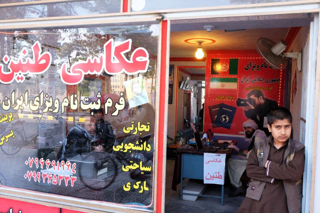 Dans cette boutique, située en face du consulat d'Iran à Herat (Afghanistan), on trouve de quoi faire sa demande de visa en bonne et due forme. Afghanistan, mars 2018.
