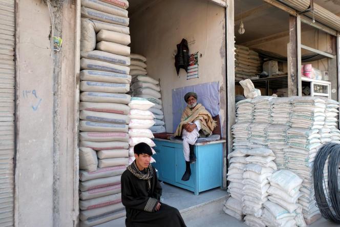 A Herat, grande ville de l'ouest de l'Afghanistan, la plupart des produits sont d'importation iranienne, comme ce ciment et ces matériaux de construction. Afghanistan, mars 2018.