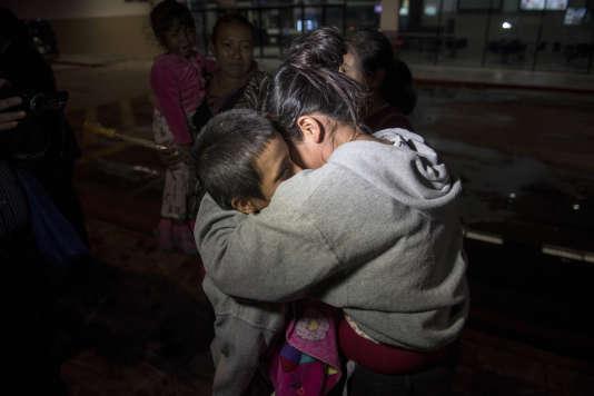 Des enfants guatémaltèques retrouvent leur famille après avoir séjourné dans un refuge de Houston, au Texas, le 14août.