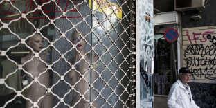 Magasin fermé avec la mention« à louer» dans le centre d'Athènes, en mai 2017.