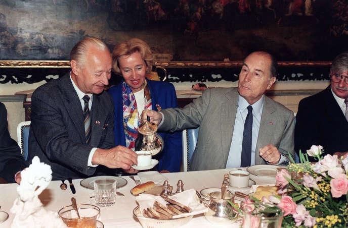 François Mitterrand (à droite) et l'ancien secrétaire du Parti communiste tchécoslovaque Alexandre Dubcek (à gauche) à Prague, en septembre 1990.