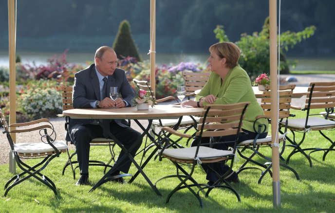 Vladimir Poutine et Angela Merkel lors de leur rencontre, samedi 18 août.