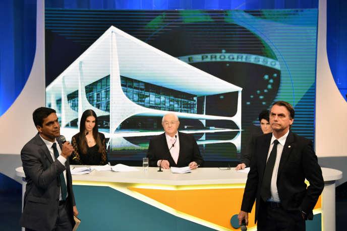 Les candidats d'extrême droite à la présidence brésilienne, Cabo Daciolo (à gauche) et Jair Bolsonaro (à droite), lors du deuxième débat télévisé, le 7août, à SaoPaulo.